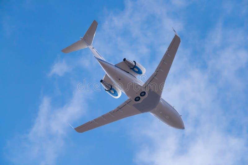 Jet del negocio en el cielo azul fotos de archivo libres de regalías