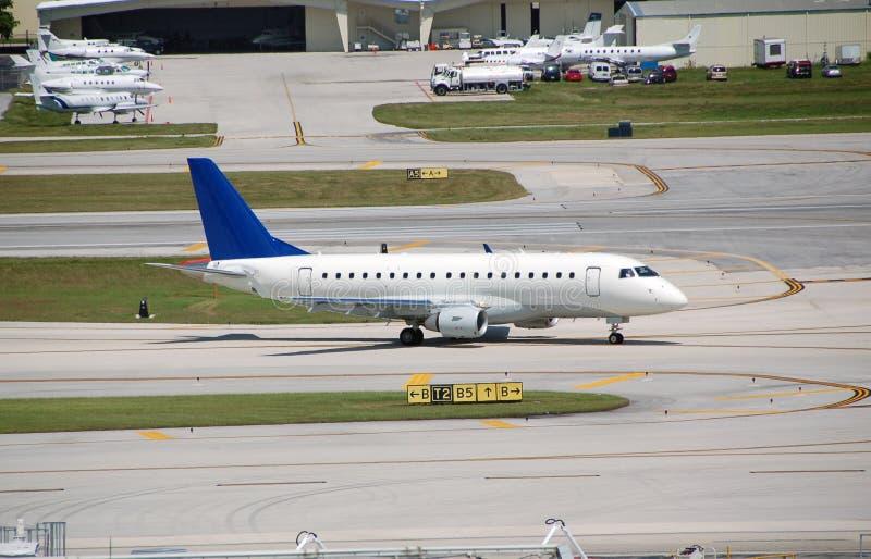 Download Jet Del Reginal De Embraer 170 Foto de archivo - Imagen de tarmac, aeroplano: 1293498