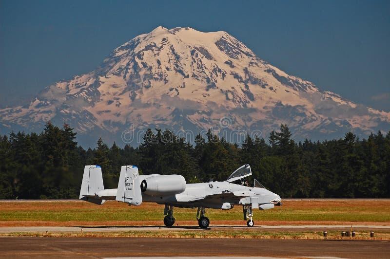 Jet di colpo di fulmine A-10 e Mt rainier immagine stock