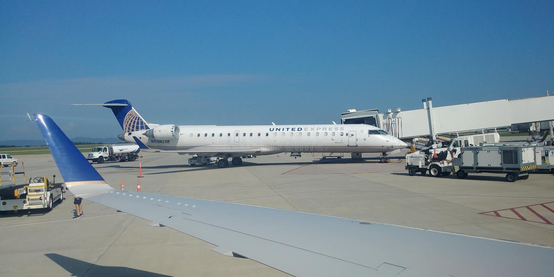 Jet exprès uni à l'aéroport de système de préférences généralisées images libres de droits