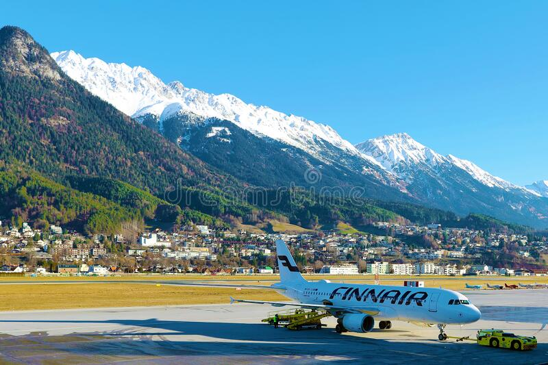 Jet Finnair sur l'aire de trafic à l'aéroport d'Innsbruck INN image stock