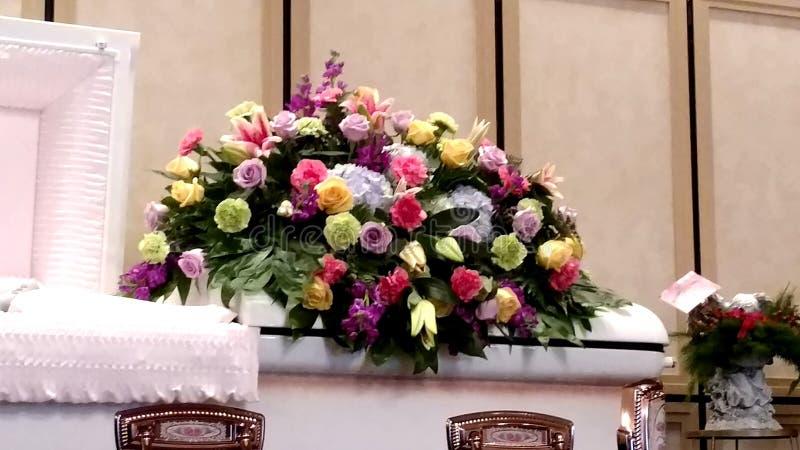 Jet floral de cercueil photo stock
