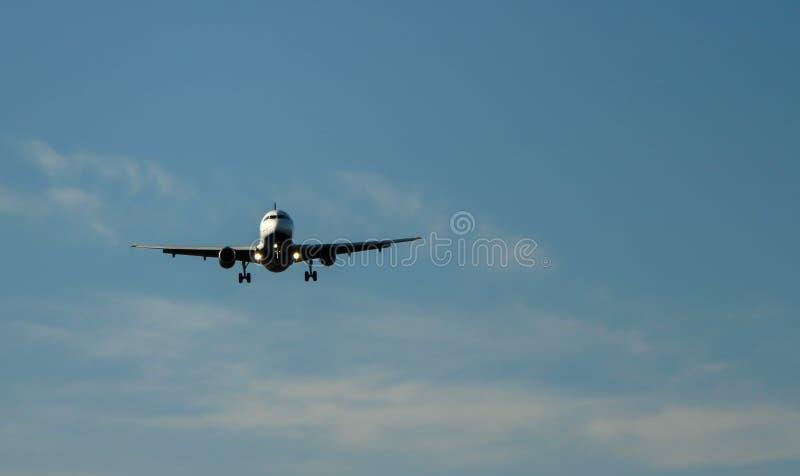 Jet-Flugzeug, das oben fliegt, um zu landen stockbilder