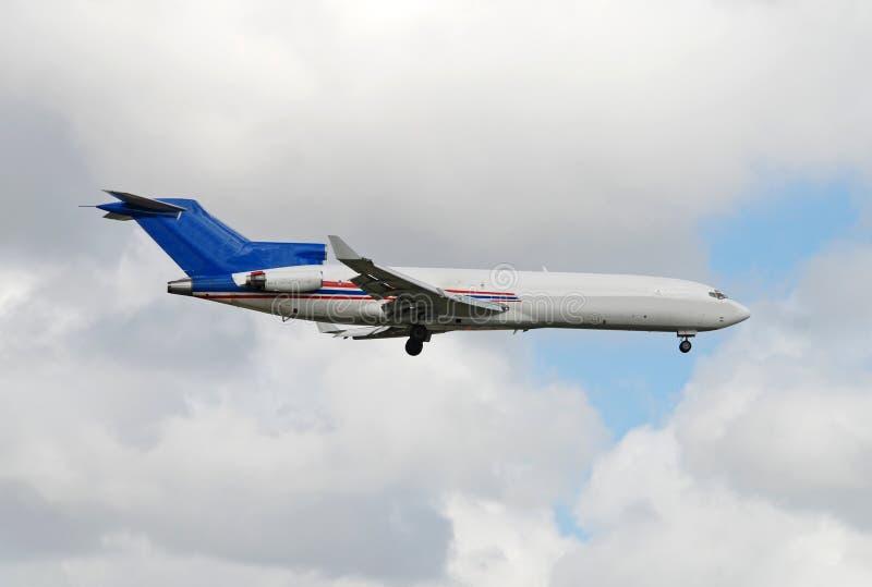 Jet legendario de Boeing 727 en vuelo foto de archivo