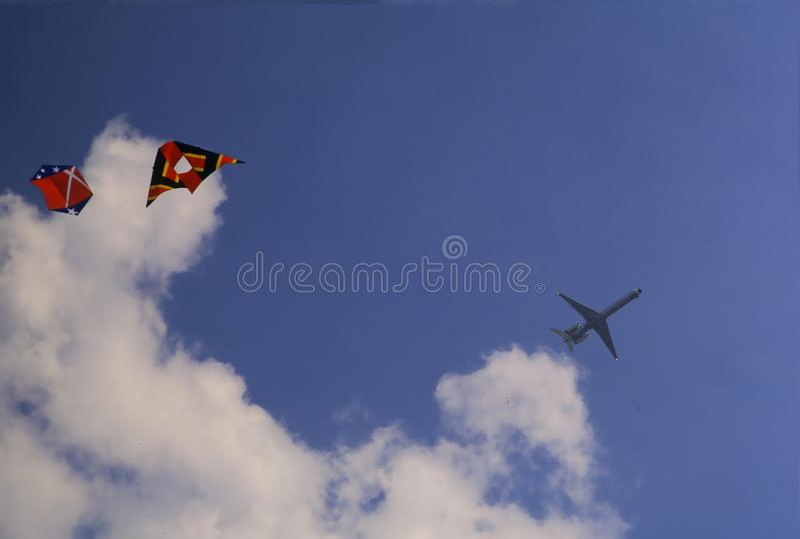 Jet Liner Over Kites immagine stock libera da diritti