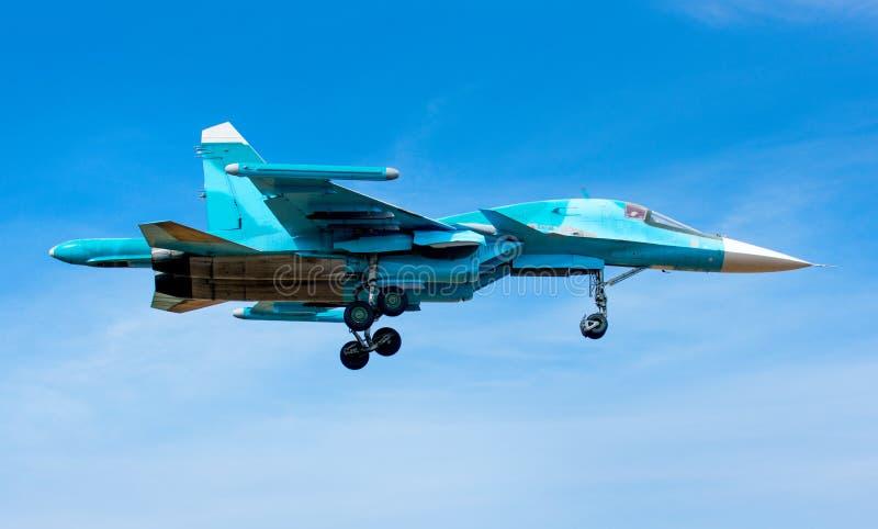 Jet militar en el aire imagen de archivo