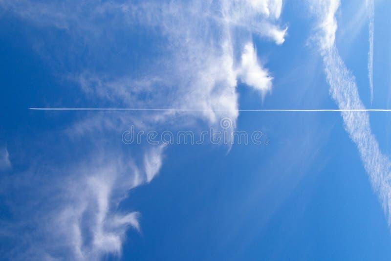 Jet nel cielo nuvoloso blu immagine stock libera da diritti