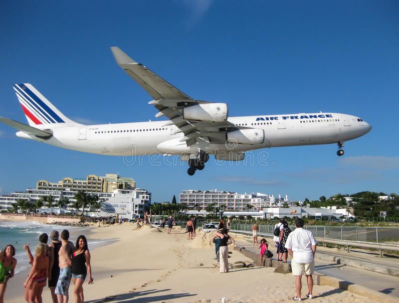Jet Over Maho Beach arkivbild