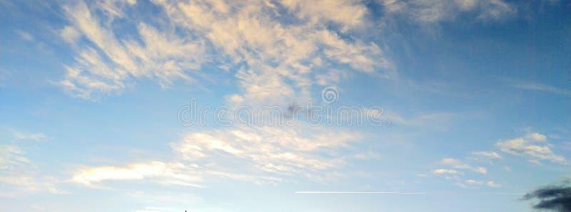 Jet Plane Contrail Cloudscape bij Zonsondergang stock afbeeldingen