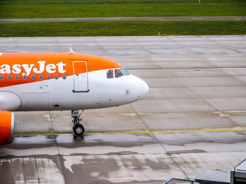 Jet Plane fácil que lleva en taxi en el aeropuerto de Zurich imagen de archivo libre de regalías