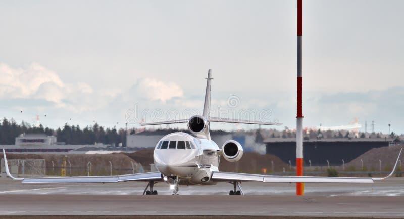 Jet privé dans l'aéroport photographie stock libre de droits