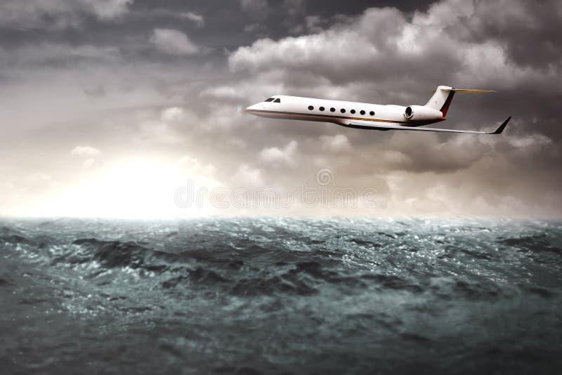 Jet privé volant au-dessus de l'océan image libre de droits