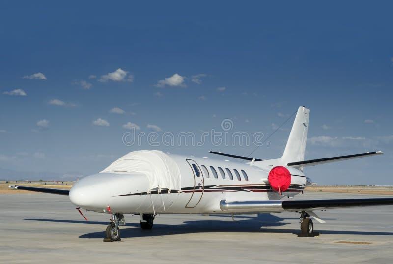 Jet privado estacionado en el aeropuerto fotografía de archivo