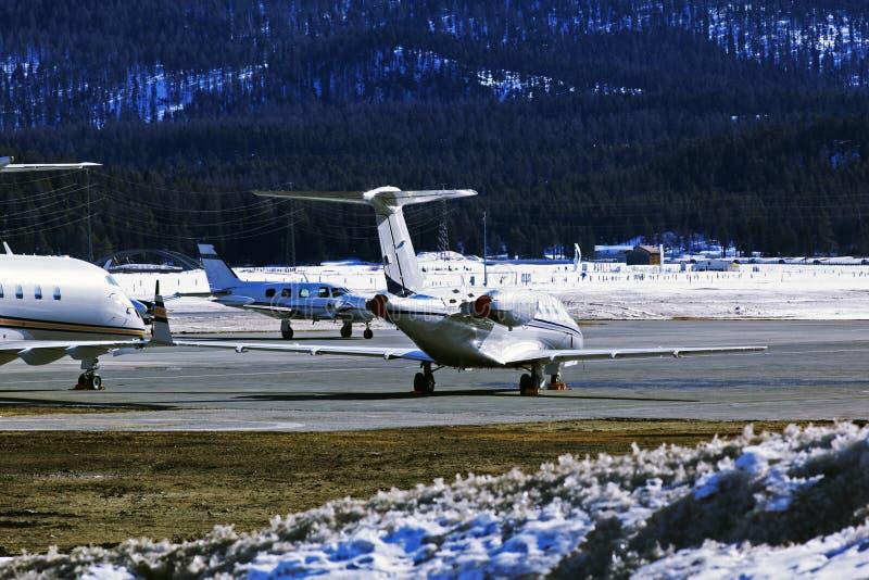 Jet privati ed aerei nell'aeroporto della st Moritz Switzerland nelle alpi immagini stock libere da diritti