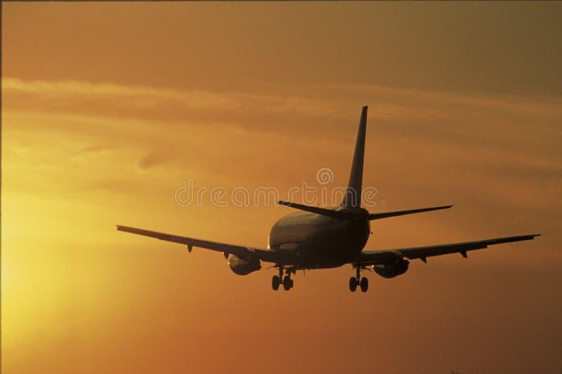 Jet que saca en la puesta del sol imagenes de archivo