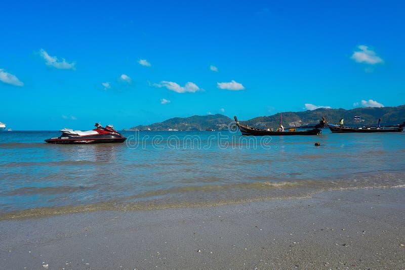 Jet ski alla spiaggia di Patong cielo soleggiato all'estate, attrazioni famose nell'isola di Phuket della Tailandia fotografia stock