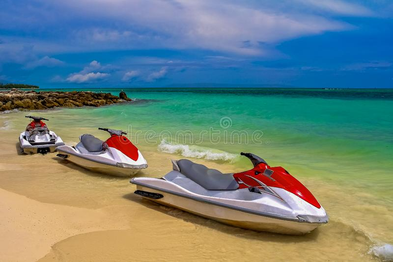 Jet Ski die op ruiters op een tropisch strand in Freeport Baham wachten stock afbeelding