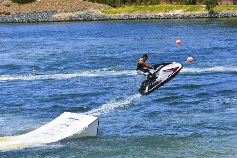 Jet Ski die over helling springen stock foto