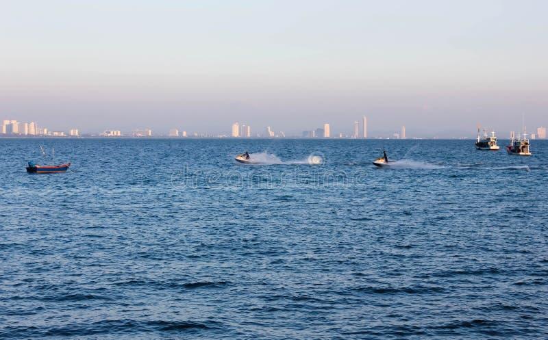 Jet-Ski in einem sonnigen Meer lizenzfreies stockfoto