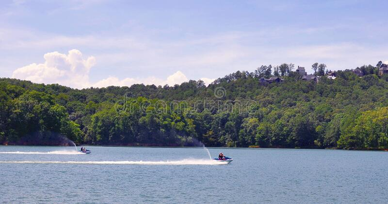 Jet Ski Racing op een bergmeer in de zomer stock foto's