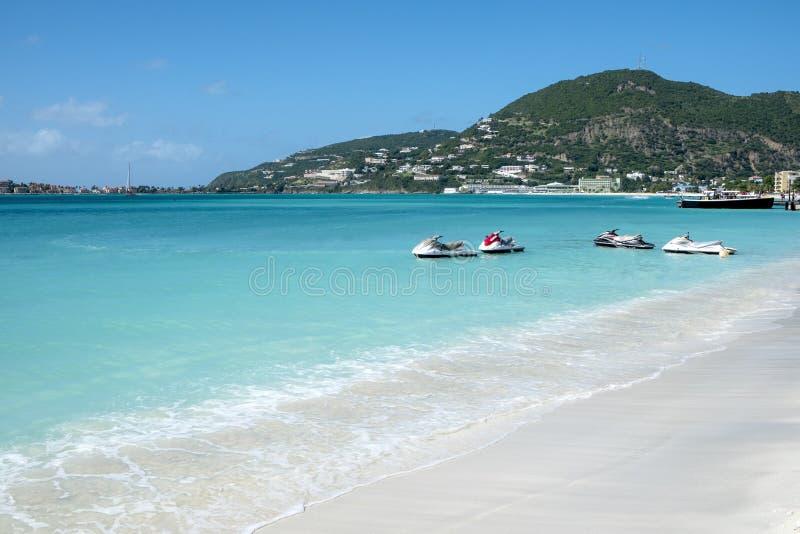 Jet Skis por un frente del Caribe de la playa fotos de archivo libres de regalías