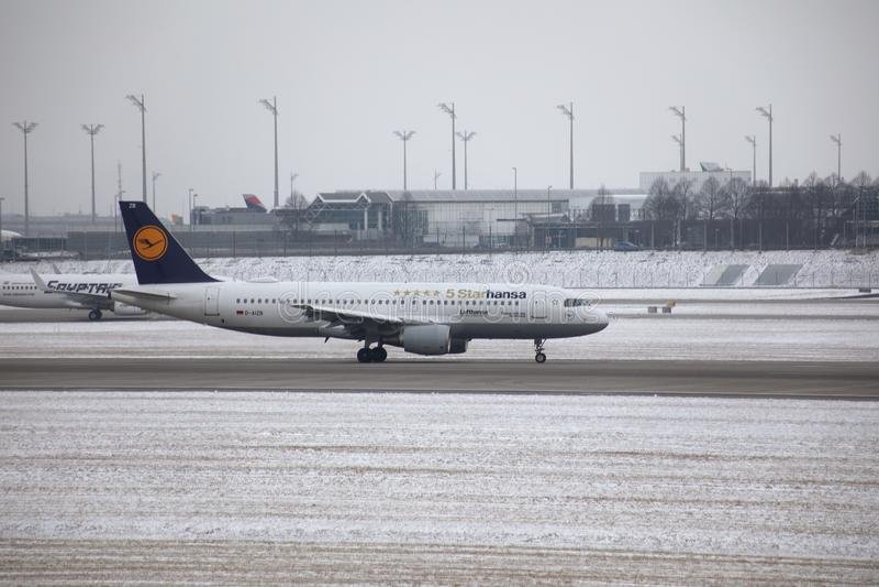 jet 5starhansa de Lufthansa dans l'aéroport de Munich, neige images stock