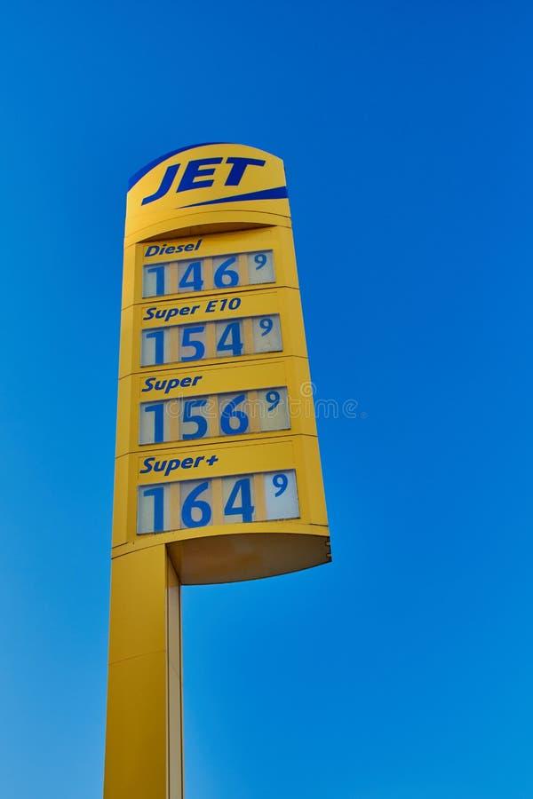 Jet-Stationszeichen vor blauem Himmel lizenzfreie stockfotografie