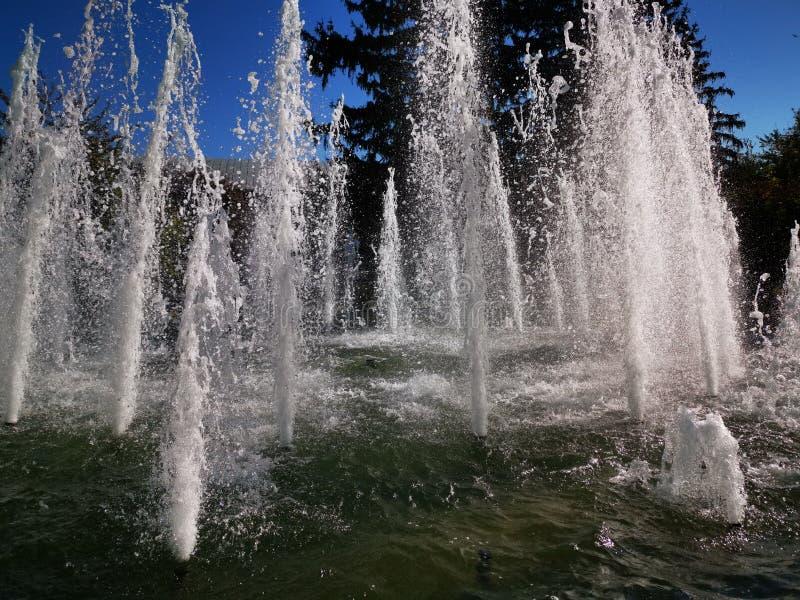 Jet strömmar från fontänen arkivfoton