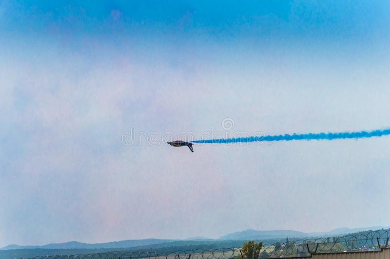 JET-VLIEG ALS VERTONING IN AIRSHOW SIAF BOVEN LUCHTHAVEN SLIAC IN SLOWAKIJE stock foto