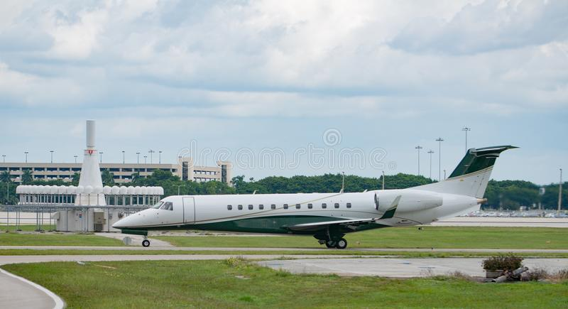 Jet Waiting privada a sacar en el aeropuerto imagen de archivo