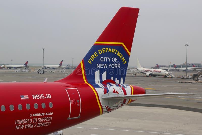 JetBlue尊敬NY垂直稳定器勇敢的男人和妇女消防队城市的空中客车A320 库存照片