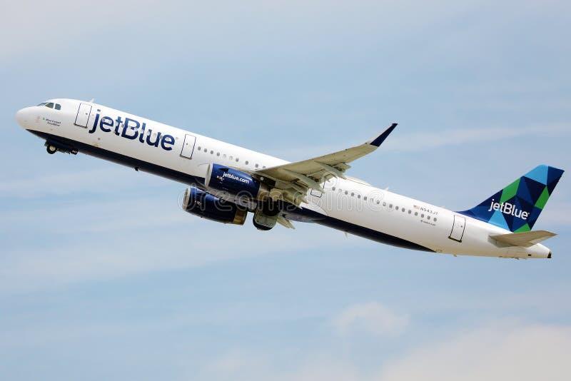 JetBlue Airways in de lucht stock afbeeldingen