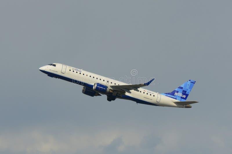 JetBlue Airways Embraer 190 en el aeropuerto de Boston imagen de archivo
