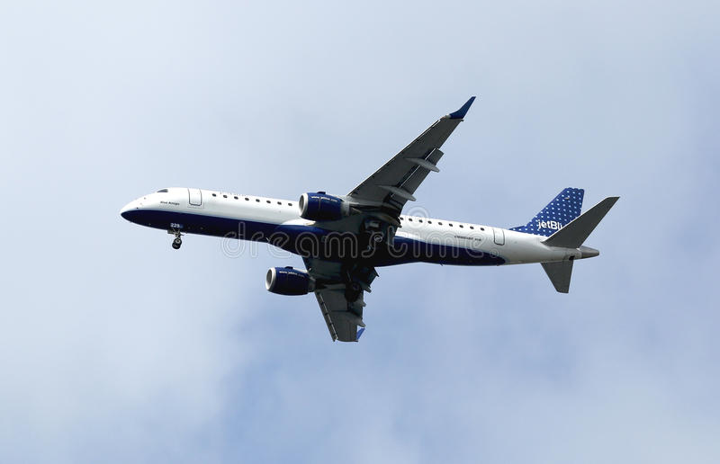 Download JetBlue Embraer 190 In New York Sky Before Landing Editorial Image - Image: 35634165
