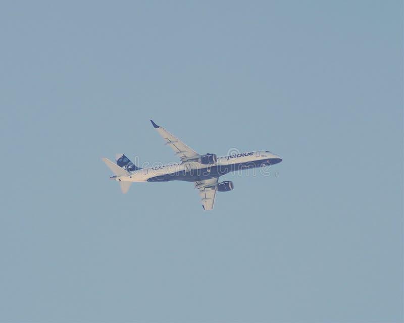 JetBlue Embraer 190 på inställning till JFK-flygplatsen NY fotografering för bildbyråer