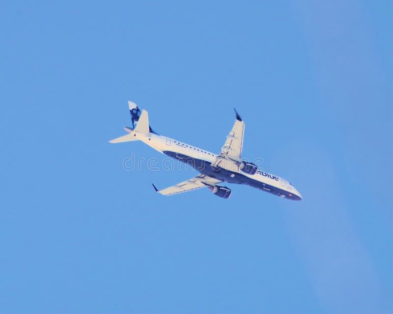 JetBlue Embraer 190 på inställning till JFK-flygplatsen NY royaltyfria bilder