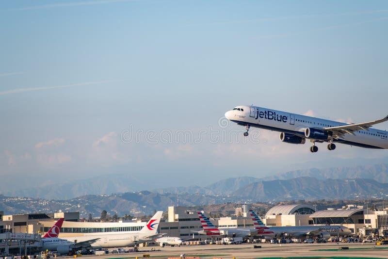 JetBlue flygbolag Jet Takes Off på den SLAPPA Los Angeles internationella flygplatsen arkivfoto