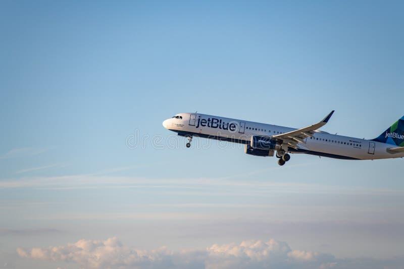 JetBlue flygbolag Jet Takes Off på den SLAPPA Los Angeles internationella flygplatsen arkivbild
