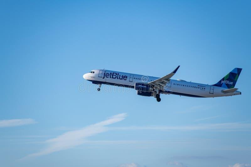 JetBlue flygbolag Jet Takes Off på den SLAPPA Los Angeles internationella flygplatsen royaltyfri fotografi