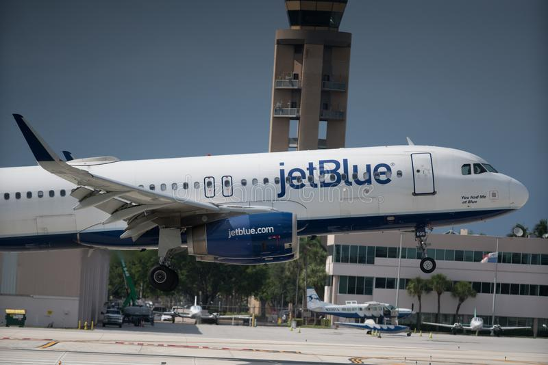 Jetblue som in kommer för landning, tar av avvikelseankomst arkivbilder