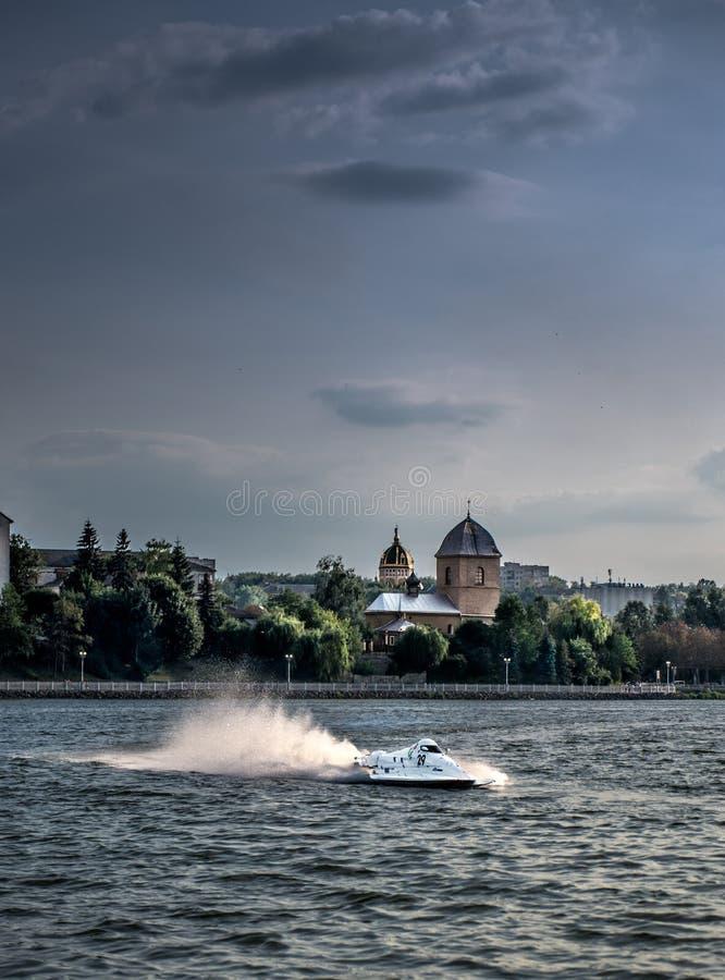 jetboat som springer på sjön royaltyfria bilder