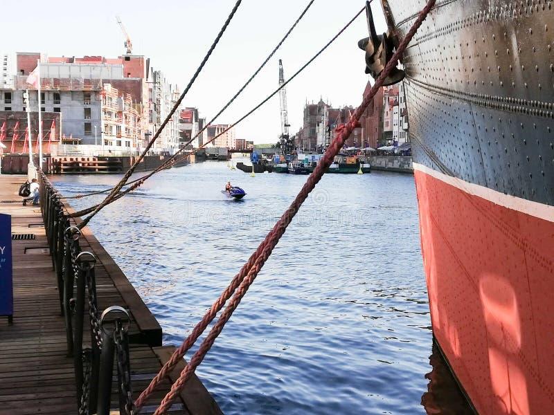Jetboat sur le vieux canal de ville photo libre de droits
