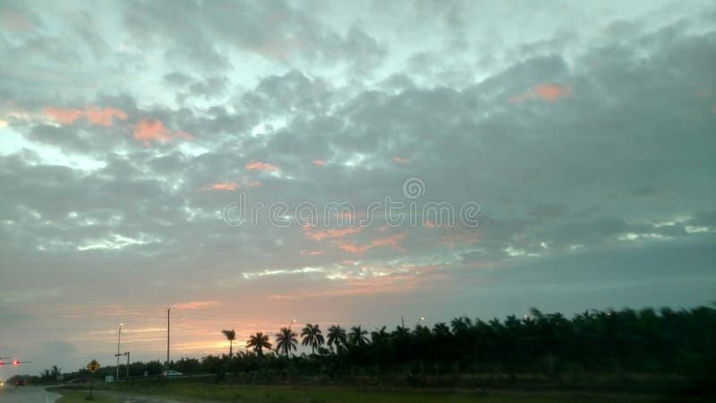 Jeter un coup d'oeil le lever de soleil photo libre de droits