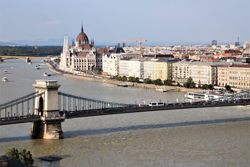 jetez un pont sur Budapest Hongrie à chaînes image libre de droits