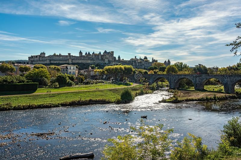 Jetez un pont sur la conduite dans une vieille ville médiévale sous les cieux bleus avec f images libres de droits