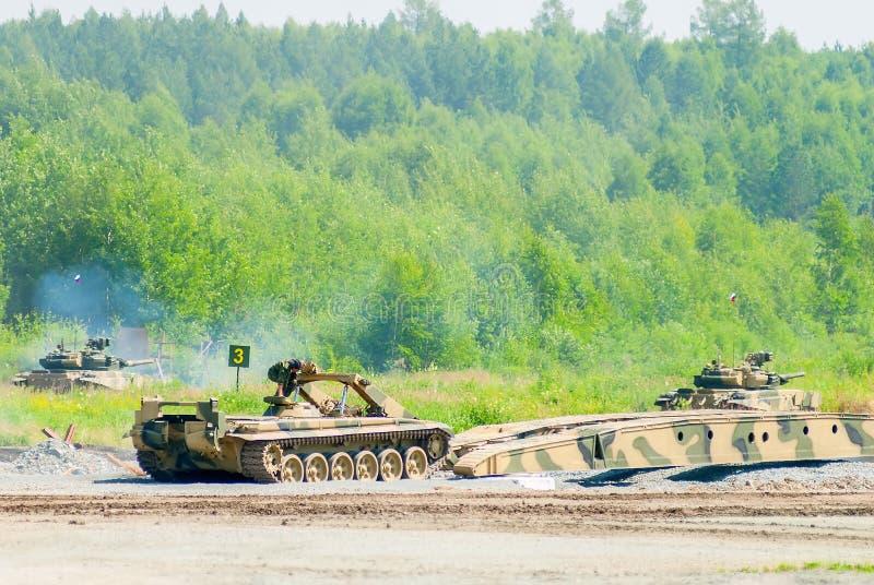 Jetez un pont sur la couche MTU-72 dans l'action sous la couverture de réservoir images stock