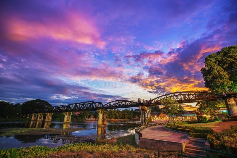 Jetez un pont sur la rivière Kwai avec le coucher du soleil au crépuscule dans Kanchanaburi, Thail image libre de droits