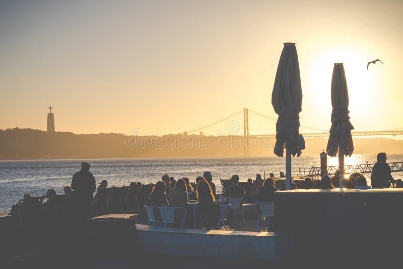 Jetez un pont sur le 25ème avril à Lisbonne, Portugal au coucher du soleil photos libres de droits