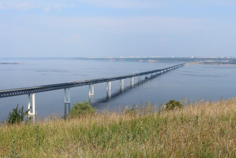 jetez un pont sur les images faites près de la ville de rzhev de la Russie de route photographie stock
