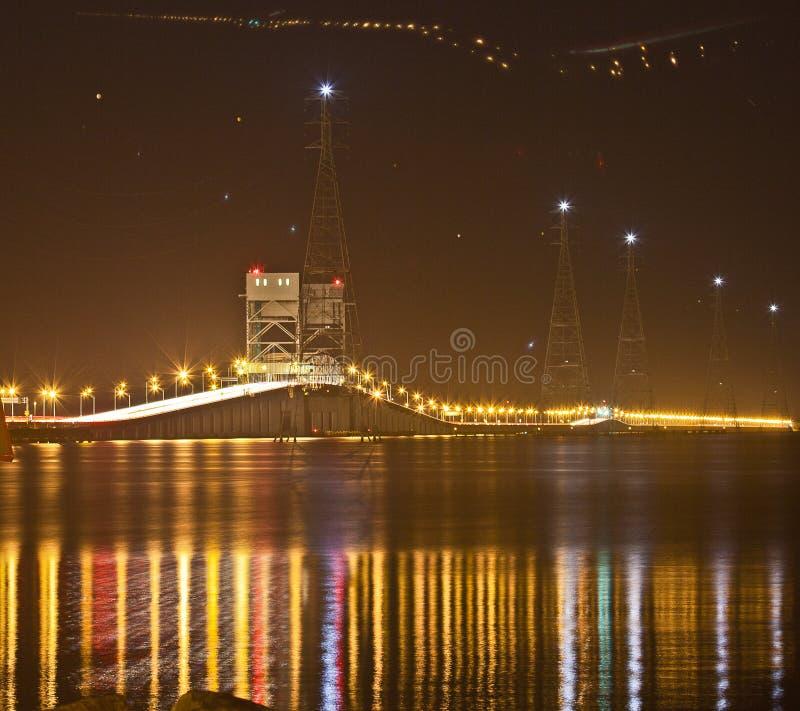 Jetez un pont sur les nouvelles au-dessus de James de fleuve, Newport, VA images libres de droits